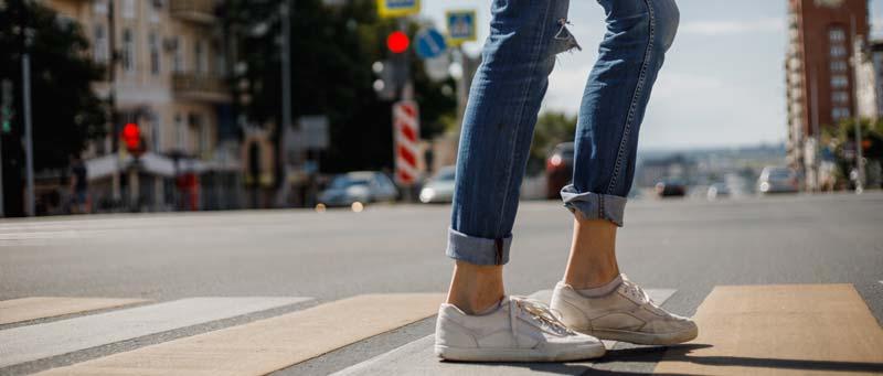 glezna descoperita intre pantofi sport si blugi